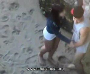 Casal flagrado trepando em praia