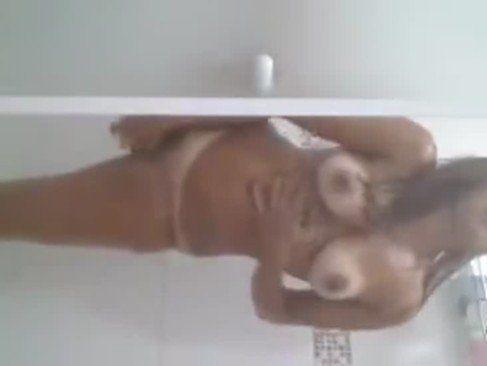 Ninfeta gostosa se masturbando no banheiro