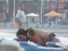Casal safado trepando na praia