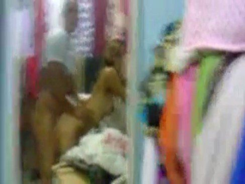 Loira safada dando na loja de roupas