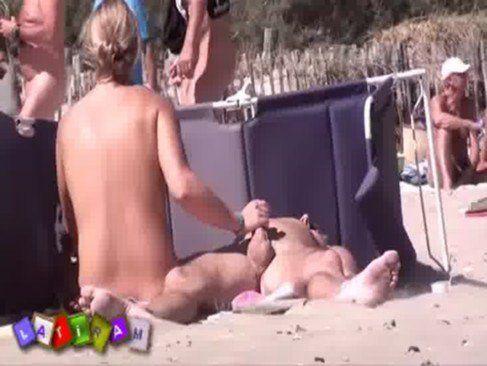 Coroa safada com marido na praia