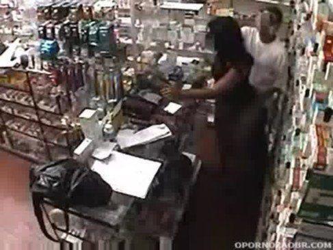 Safado comendo uma cliente na farmacia