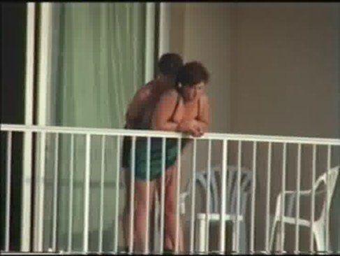 Casal safado trepando na sacada do hotel