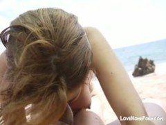 Coroa safada chupando seu amante na praia