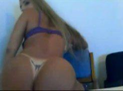 Loirinha cavala peladinha na webcam