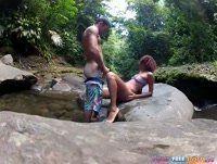 Morena vagabunda dando sua buceta na cachoeira