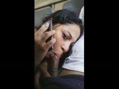 Vagabunda no celular com seu marido enquanto o trai