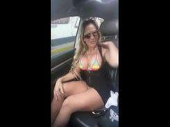 Casada safada mostrando sua buceta no carro