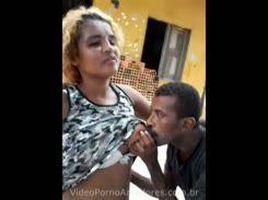 Mendiga safada deixando um bebado mamar nela