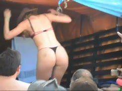 Morena gostosona mostrando sua buceta pra galera