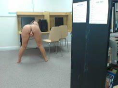Novinha vagabunda se masturbando na biblioteca