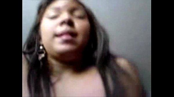 Morena que mora em Manaus chupando uma rola