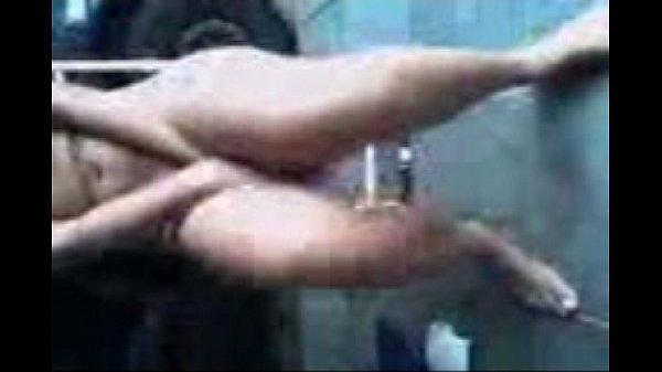 Safada mostrando sua buceta na festa