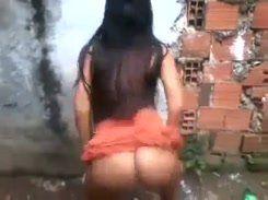 Moreninha safada rebolando na favela