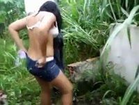 Novinha morena trepando no mato