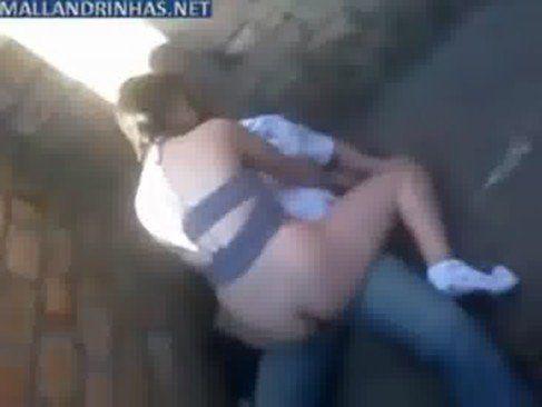 Novinha trepando no beco