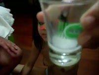Safadinha tomando porra no copo