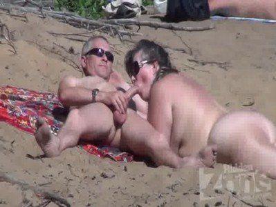 Coroa mamando na praia