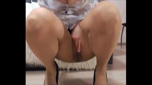 Gozando muito ao se masturbar