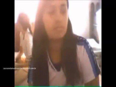 Cruzeirense exibindo sua buceta na escola
