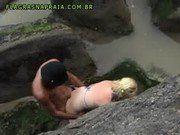 Casal safado fudendo em uma praia escondidos