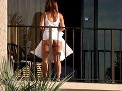 Gostosa mostrando sua bunda na sacada