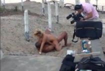 Casal gravando filme porno em uma praia