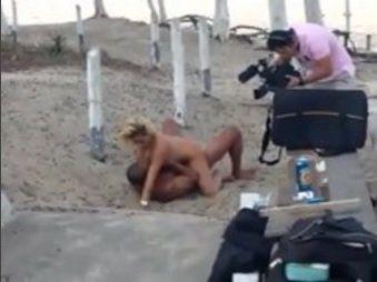Casal gravando filme porno em uma praia no RJ