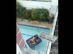 Casal safado foi flagrado transando na piscina