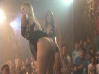 Funkeiras ficam sem calcinha durante um show