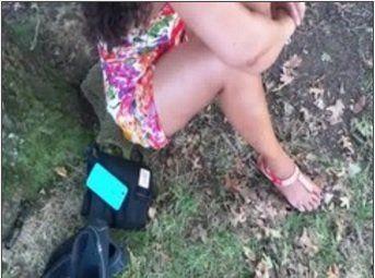 Morena gostosa sem calcinha em um parque