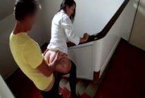 Safado fudendo uma novinha gostosa na escada do prédio