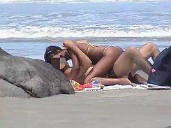 Morena gostosa foi flagrada fudendo em uma praia
