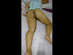Morena rabuda dormindo sem calcinha em sua casa