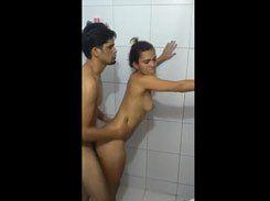 Safadinha trepando gostoso dentro do banheiro
