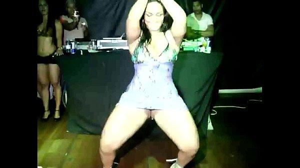 Bunduda gostosa dançando funk em sua casa