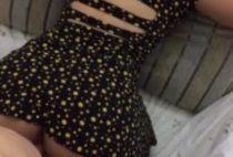 Gostosinha de vestido rebolando gostoso na pica do comedor