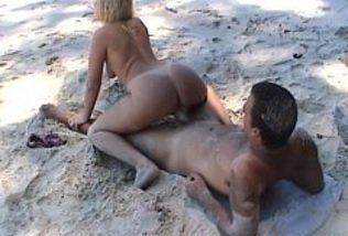 Loira gostosa sendo torada em uma praia
