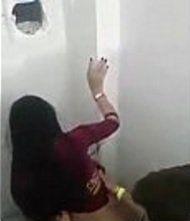 Comedor fudendo gostoso uma safadinha dentro do banheiro