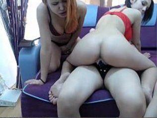 Lésbicas amadoras fazendo uma bela putaria na webcam