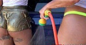 Morenas gostosas se exibindo muito ao lavarem um carro