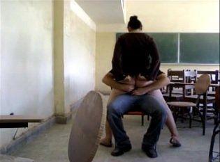 Professores são flagrados por alunos fazendo sexo dentro da sala