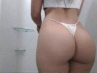 Rabuda gostosa colocou uma câmera no banheiro pra filmar seu banho