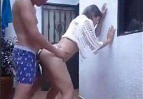 Casada safada sendo comida por seu vizinho no quintal