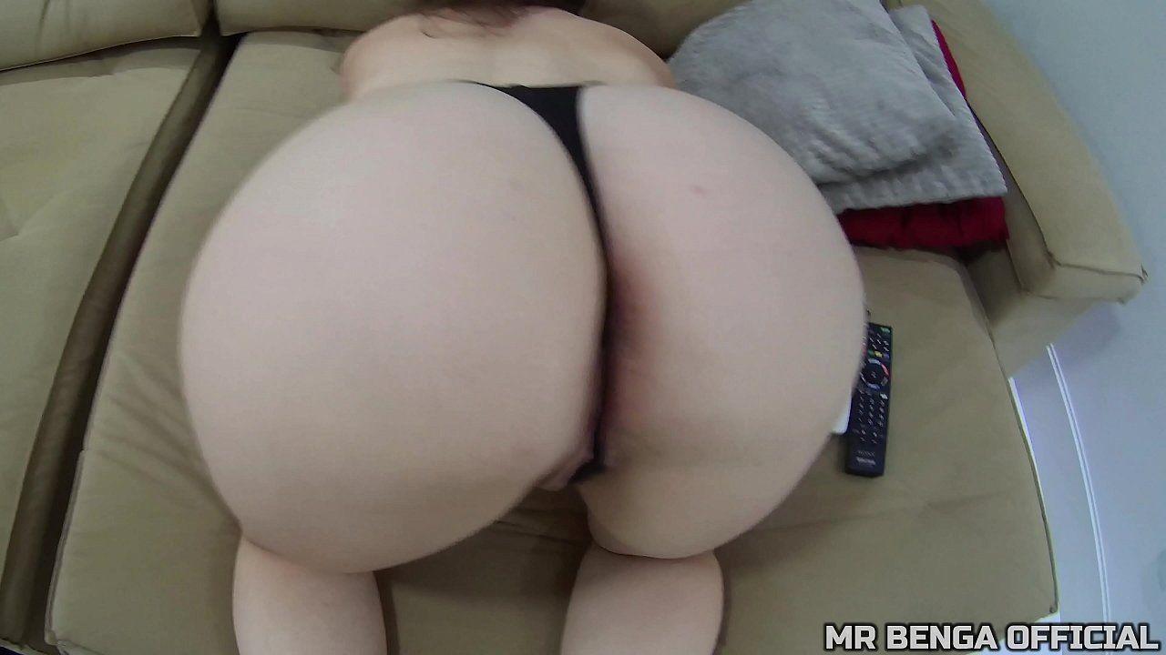 Gostosa branquinha fodendo forte no porno amador